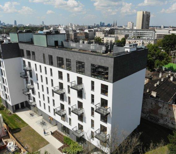 Warszawa: zielona wyspa na dachu budynku komunalnego