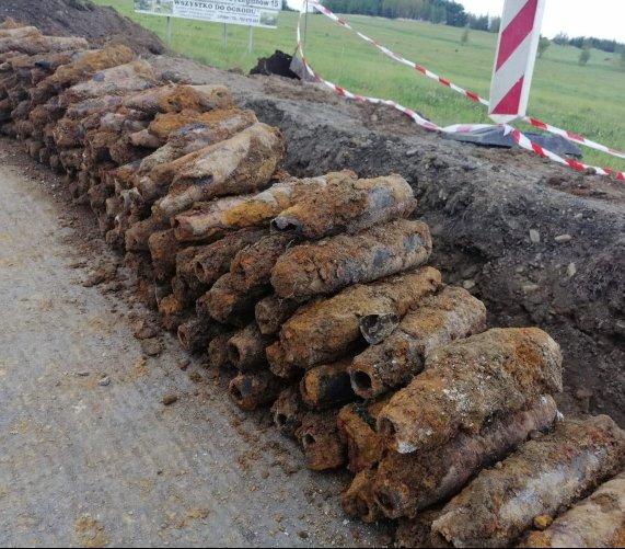 Skład amunicji artyleryjskiej przy drodze w Małopolsce