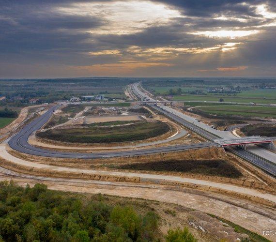 A1 ma być przejezdna do końca roku. Trwa betonowanie nawierzchni. Zobacz!