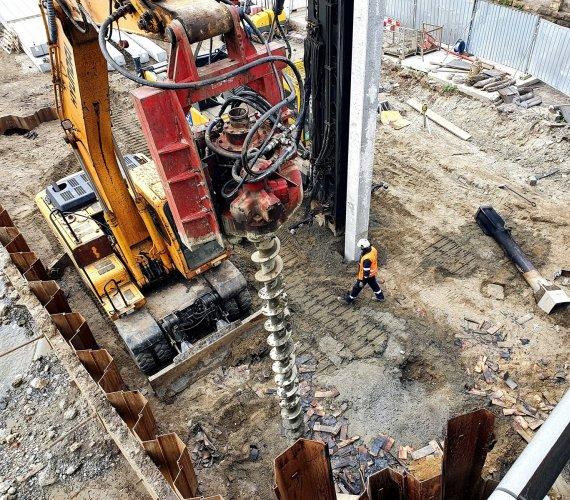 Kraków: palowanie na budowie mostu kolejowego