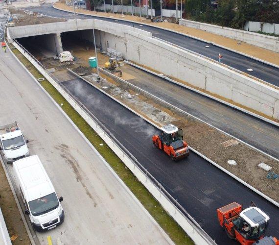 Kraków: asfaltowanie na Trasie Łagiewnickiej z siedmioma tunelami