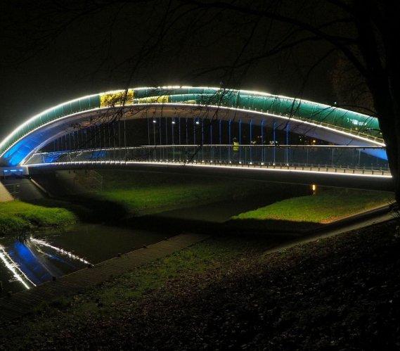 Próby oświetlenia dwupoziomowej kładki w Lublinie