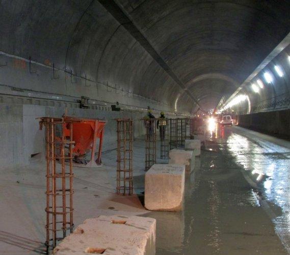 S7-zakopianka: w tunelu ruszyły roboty związane z jezdnią