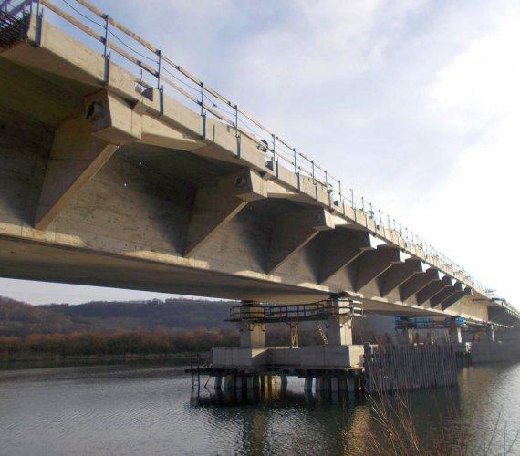 Zima na budowie mostu extradosed przez Dunajec