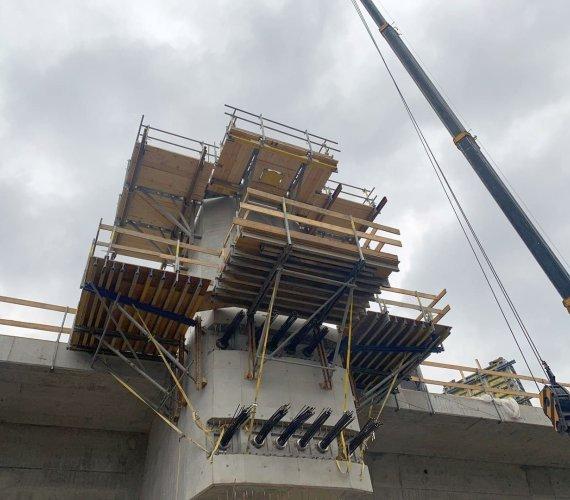Most extradosed w Kurowie: pylony pną się do góry