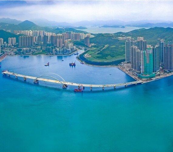 Montaż prefabrykatów na budowie mostu w Hongkongu