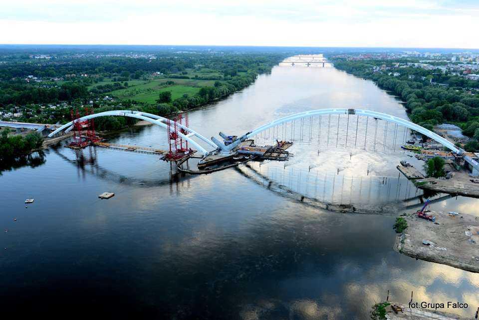 Trwa montaż drugiego łuku na moście w Toruniu