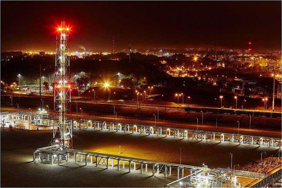 Terminal LNG w Świnoujściu nocą