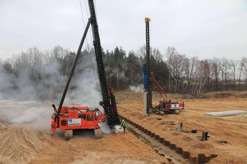 Prace palowe na budowie autostrady A2 Stryków-Konotopa