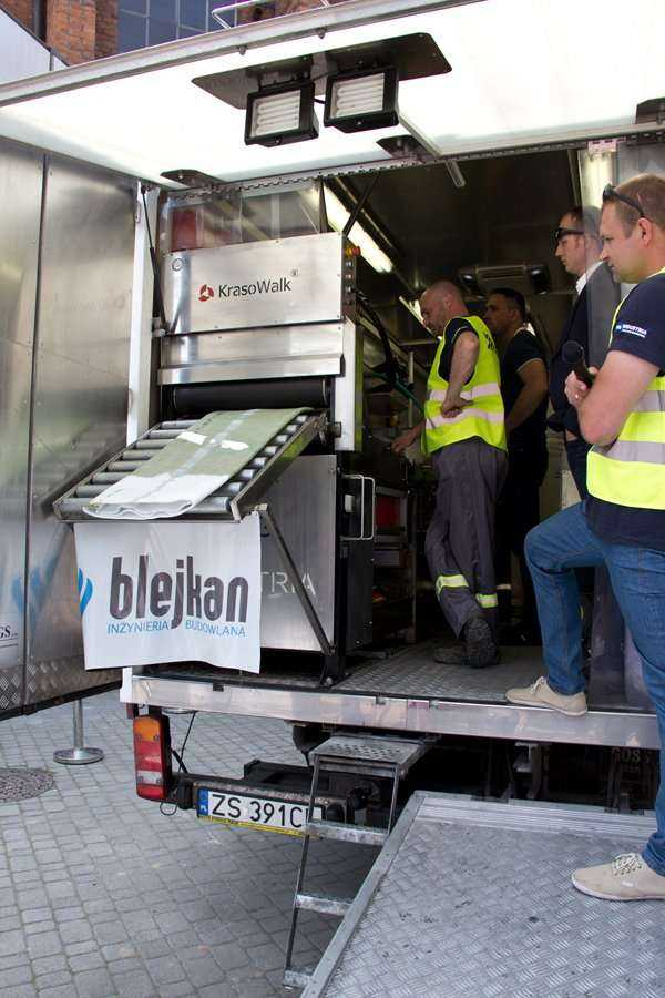 Pokaz firmy BLEJKAN S.A. Proces nasączania rękawa na placu budowy / fot. Quality Studio dla www.inzynieria.com