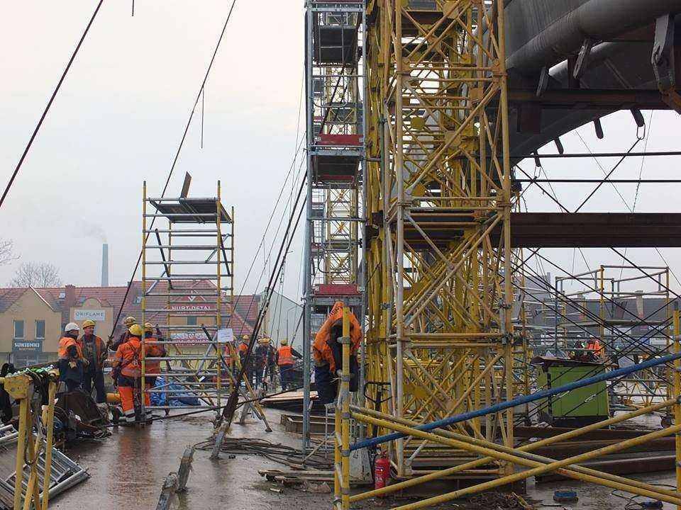 Podnoszenie stalowej konstrukcji mostu w Żywcu