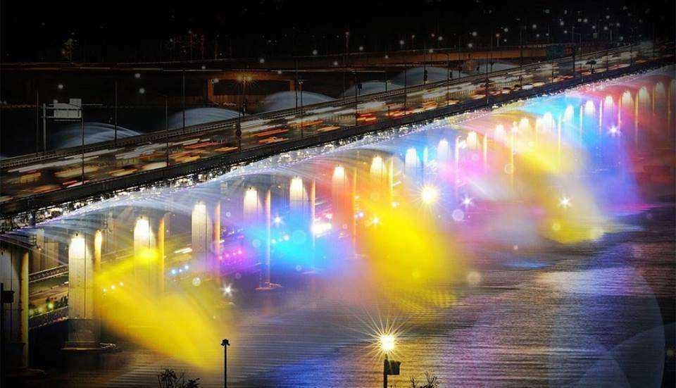 Jak wygląda tęczowy pokaz na moście w Seulu?