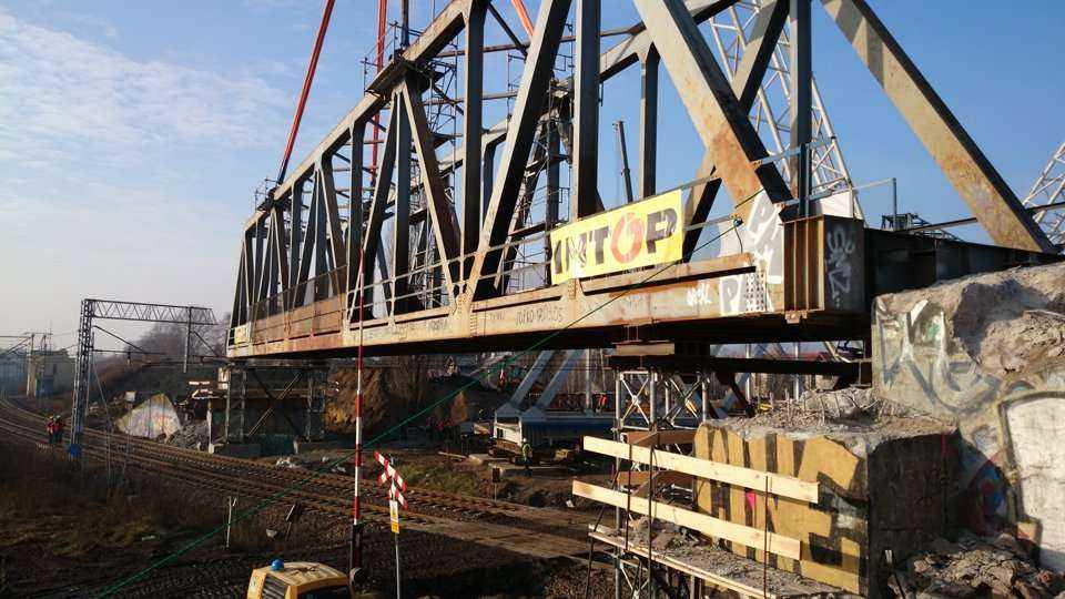 Ponad 190-tonowy wiadukt kolejowy