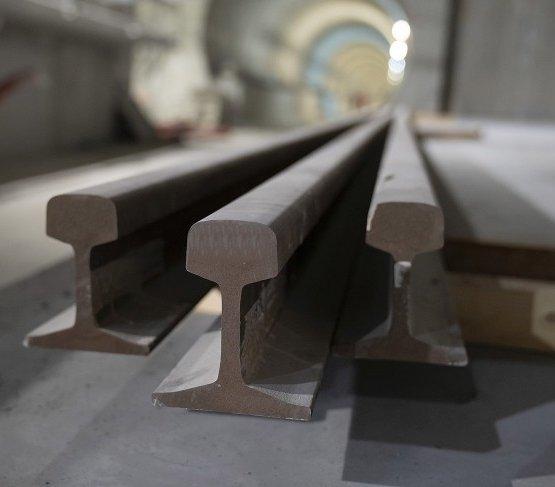Jak montowane są tory w tunelu metra?