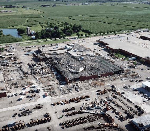 Tornado zniszczyło fabrykę Vermeera w amerykańskim stanie Iowa