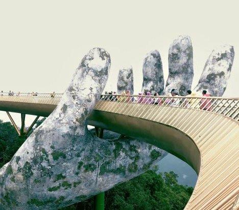 Wietnam: most unoszony przez kamienne dłonie