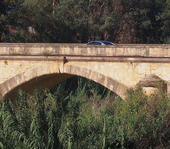 111-letni most zawalił się w Grecji pod naporem deszczówki