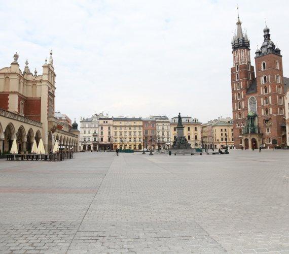 Kraków reaguje na epidemię. Pusty Rynek Główny, puste ulice