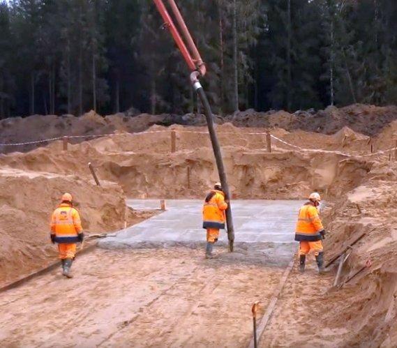 Droga S61: wylewanie betonu podkładowego pod przejście dla zwierząt