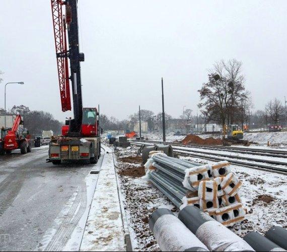 Montaż słupów trakcyjnych w Poznaniu